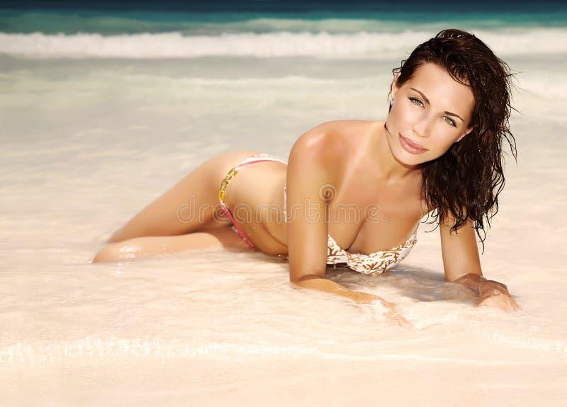 Fêmea lindo na praia fotografia de stock royalty free