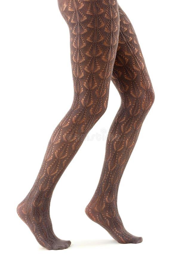 Fêmea longa dos pés nas calças justas no branco fotos de stock royalty free