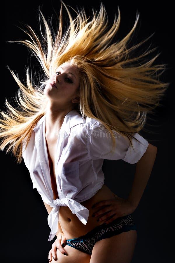 Fêmea loura bonita com dança do cabelo do vôo imagem de stock royalty free
