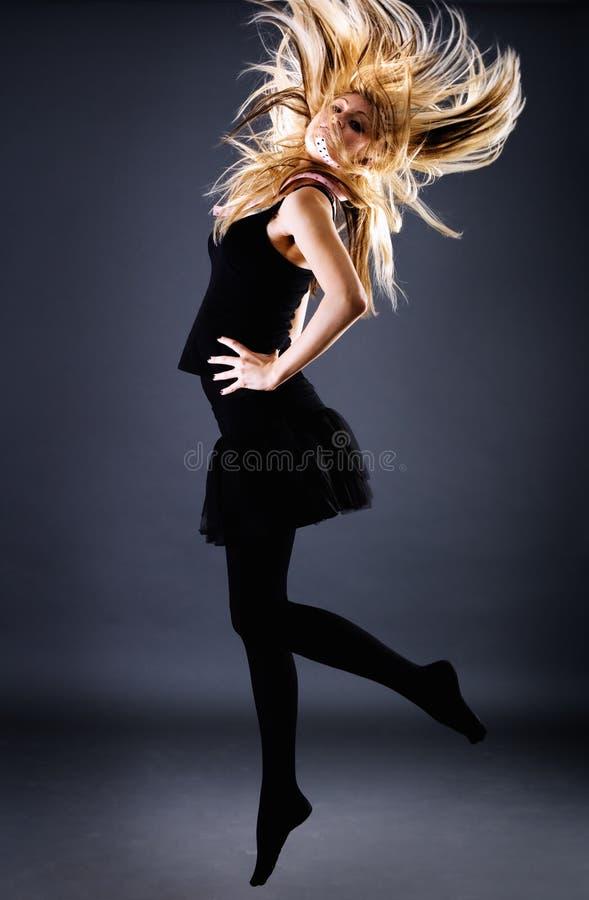 Fêmea loura lindo com cabelo do vôo foto de stock royalty free