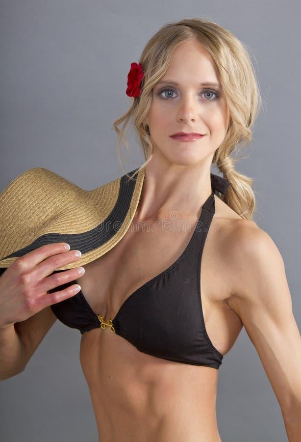 Fêmea loura nova atrativa em uma parte superior de biquini imagens de stock royalty free