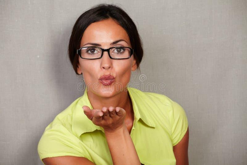 Fêmea moreno bonita que dá um beijo do sopro imagem de stock