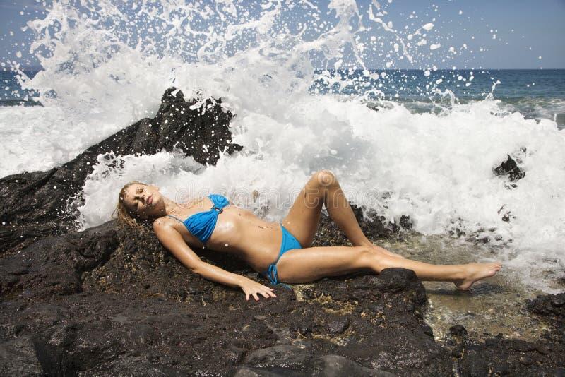 Fêmea no biquini com ondas fotografia de stock