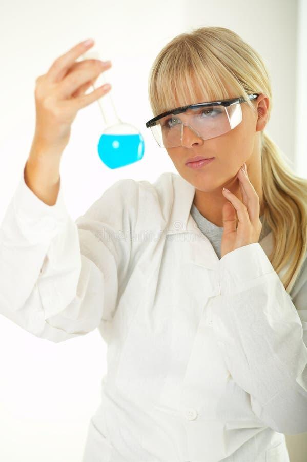 Fêmea no laboratório fotos de stock royalty free