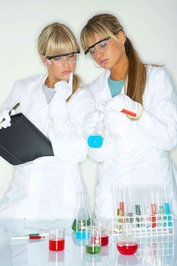 Fêmea no laboratório fotografia de stock royalty free