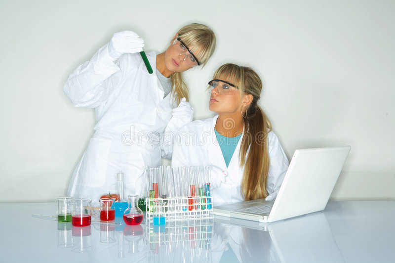 Fêmea no laboratório imagens de stock royalty free