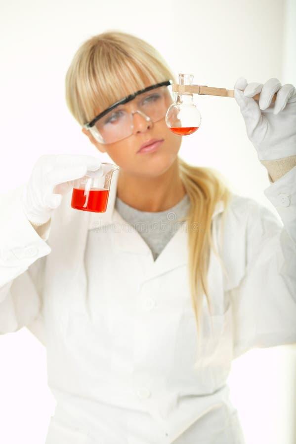 Fêmea no laboratório fotografia de stock