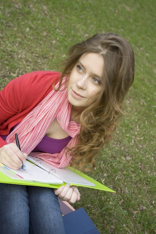 A fêmea no parque desenha fotos de stock