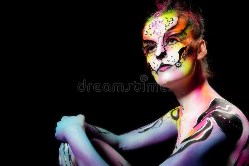 Fêmea nova bonita com pintura de corpo cheia fotografia de stock