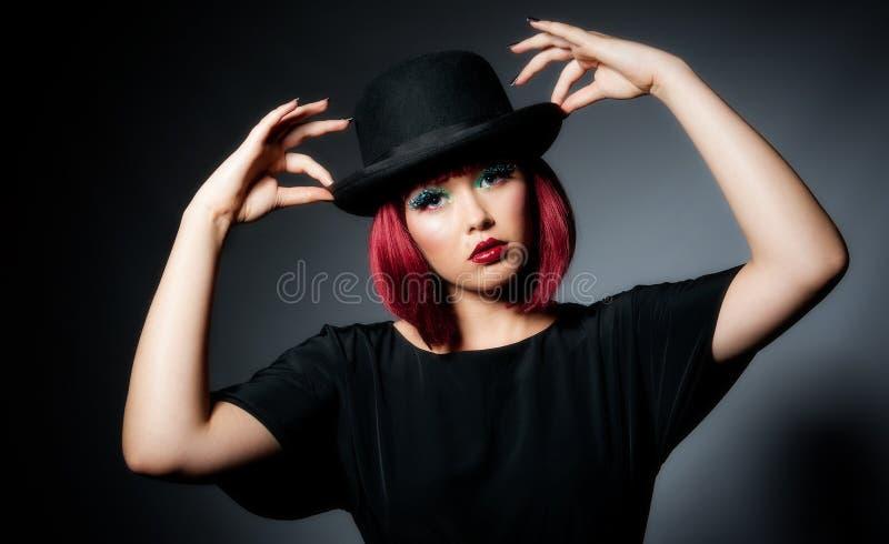 Fêmea nova bonita no chapéu de jogador imagens de stock