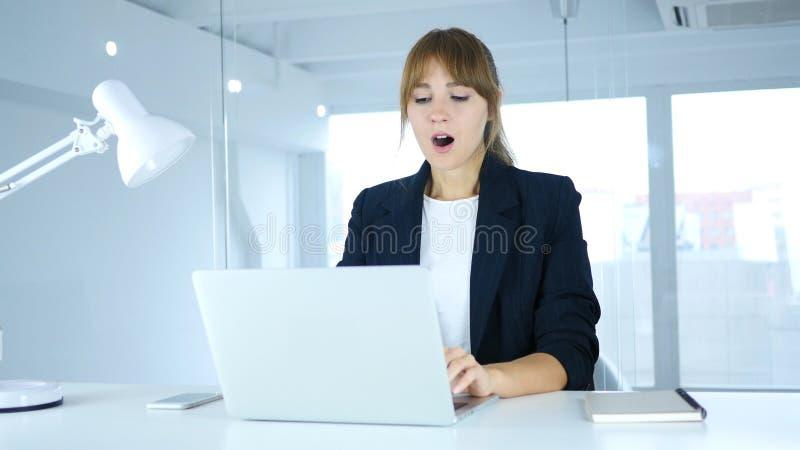 Fêmea nova chocada, aturdida e querendo saber foto de stock