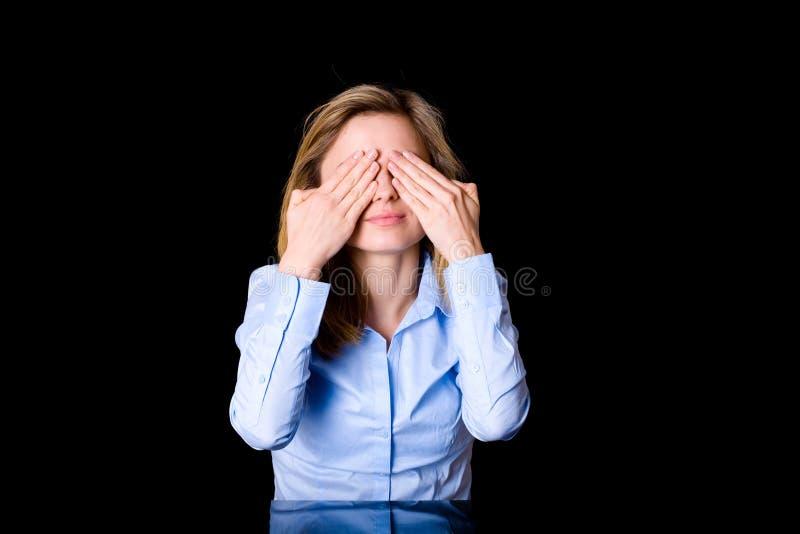A fêmea nova cobre sua olhos, medo ou surpresa foto de stock