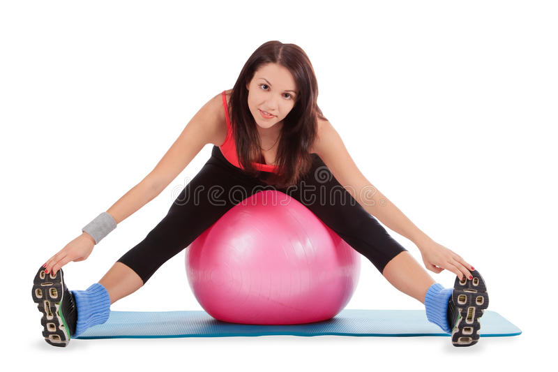 Fêmea nova com a bola da aptidão no centro de esporte imagem de stock