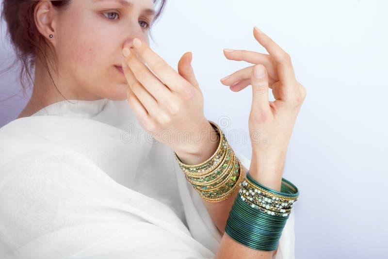 Fêmea nova com os braceletes em suas mãos imagens de stock royalty free