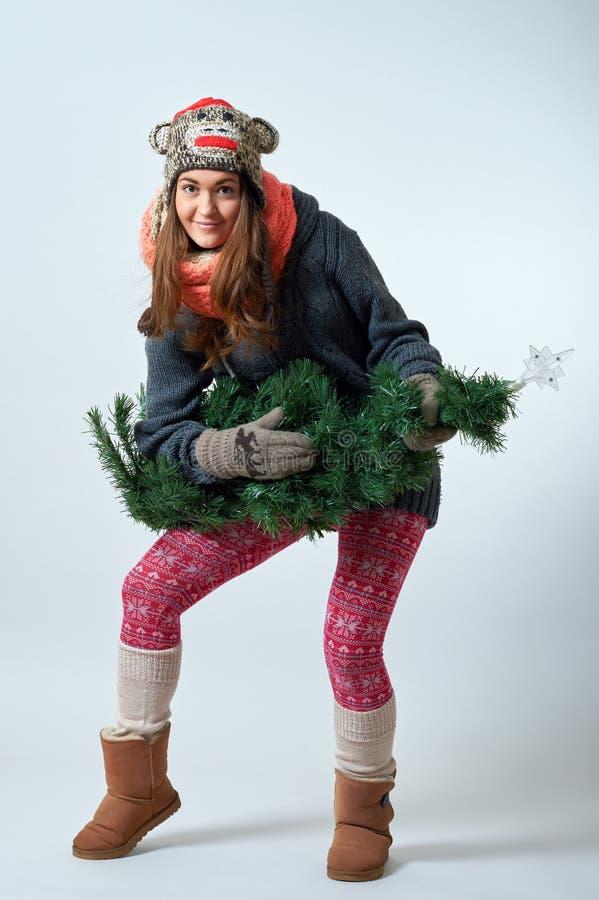Fêmea nova com uma árvore de Natal fotografia de stock royalty free