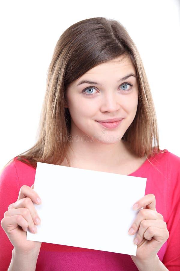 Fêmea nova Excited que mostra o papel vazio vazio fotografia de stock royalty free