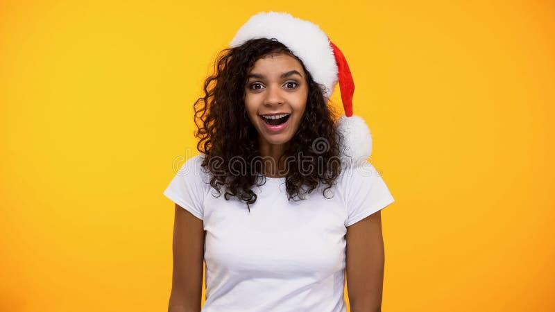 Fêmea nova feliz surpreendida com presente do feriado, excitamento do desconto, cumprimento fotografia de stock royalty free