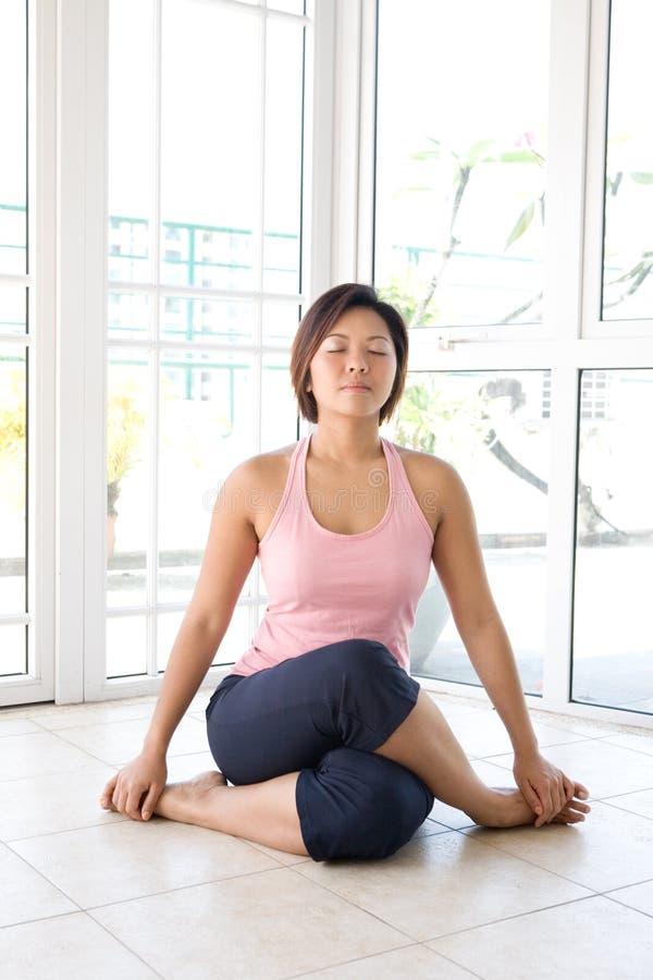 Fêmea nova na posição de assento da ioga imagem de stock