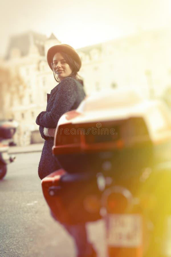 Fêmea nova no 'trotinette' em Paris foto de stock