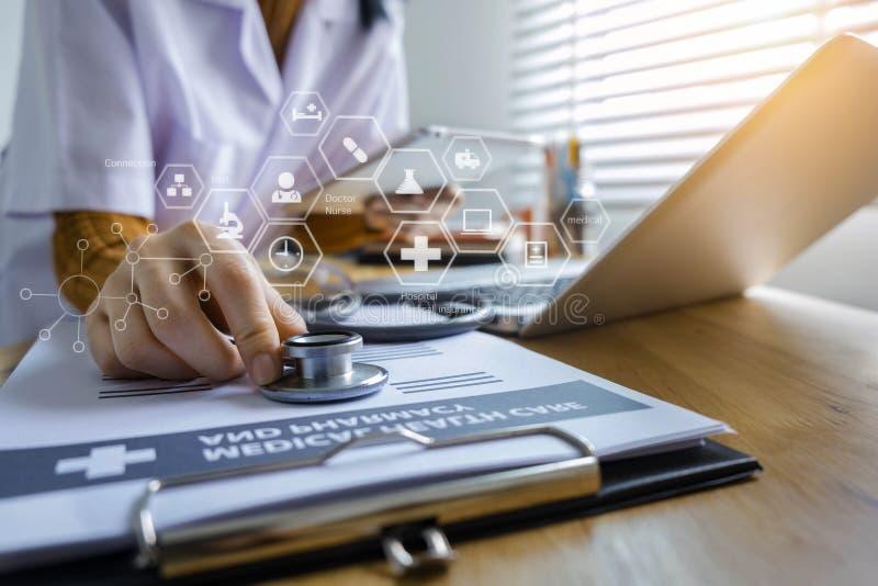 Fêmea nova no uniforme do doutor que usa o portátil da tecnologia digital fotos de stock royalty free