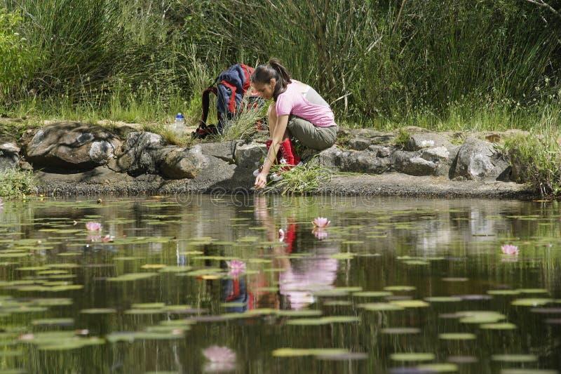 Fêmea nova pelo lago fotografia de stock royalty free