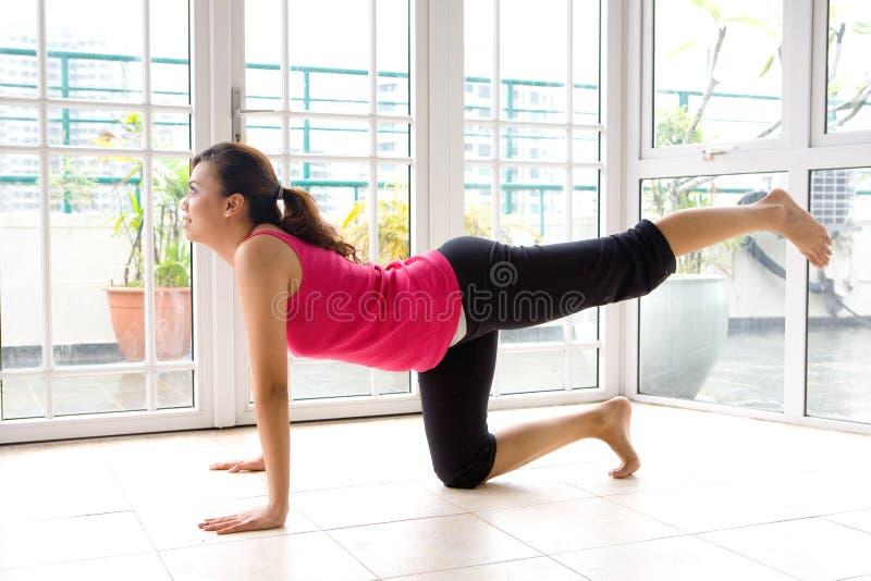 Fêmea nova que faz seu estiramento do pé foto de stock