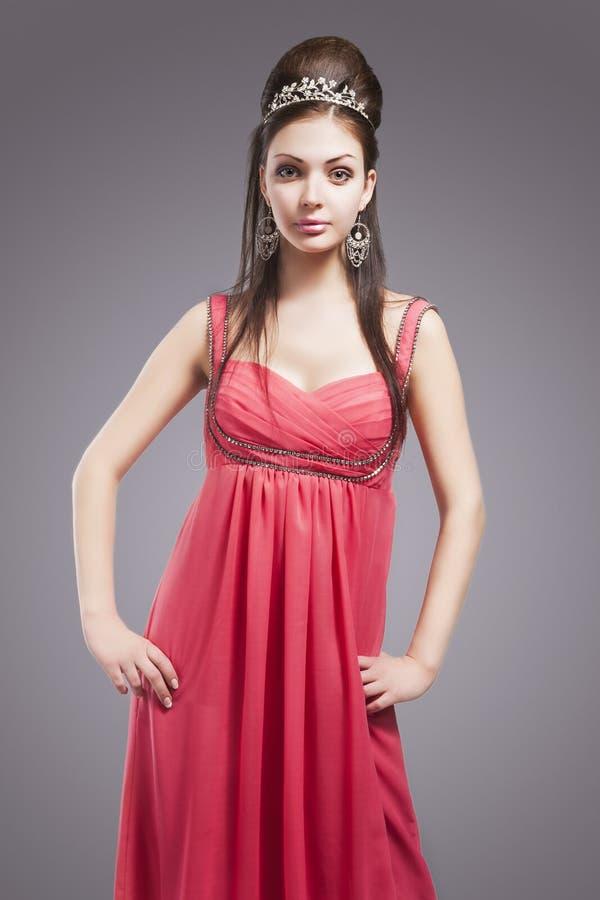 Fêmea nova sensual bonita com a coroa que veste o pi elegante foto de stock