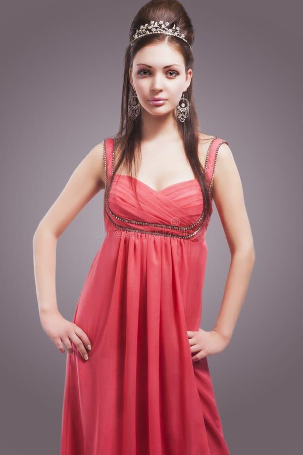 Fêmea nova sensual bonita com a coroa que veste o pi elegante fotografia de stock royalty free