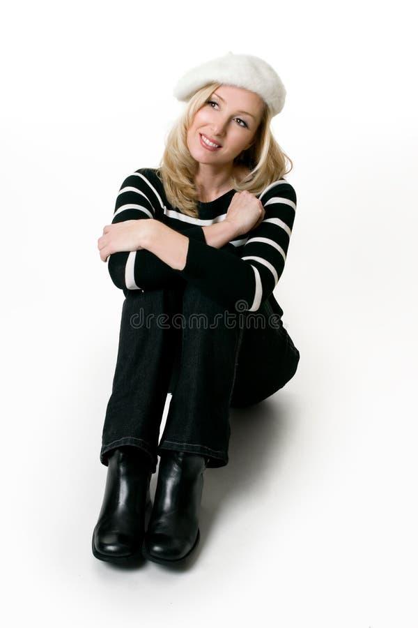 Fêmea ocasional no assento das calças de brim imagens de stock royalty free