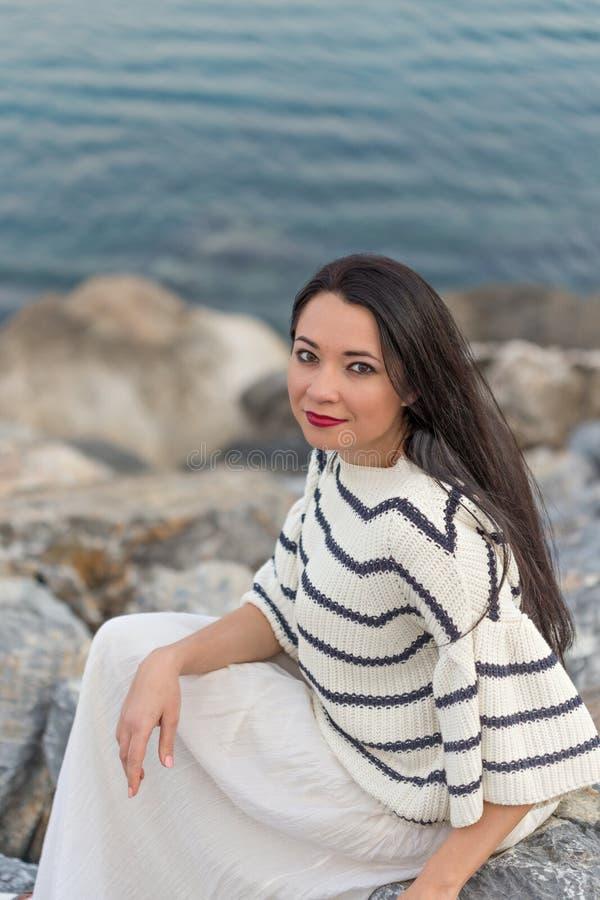 Fêmea pelo beira-mar na roupa náutica de um estilo imagens de stock royalty free