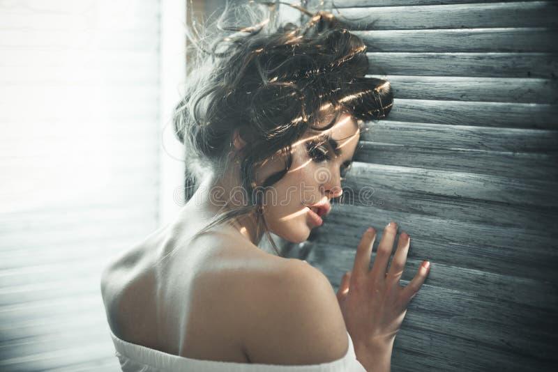 Fêmea perfeita menina elegante com cabelo elegante Mulher da forma com composição e cabelo encaracolado Mulher sensual com compos foto de stock royalty free