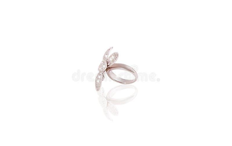 A fêmea preciosa da flor do anel da platina com os diamantes no branco isolou o fundo fotos de stock