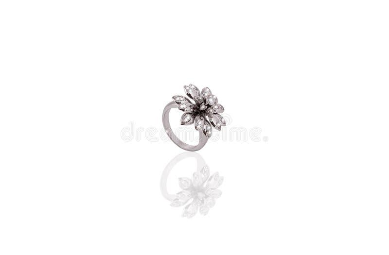 A fêmea preciosa da flor do anel da platina com os diamantes no branco isolou o fundo imagens de stock royalty free