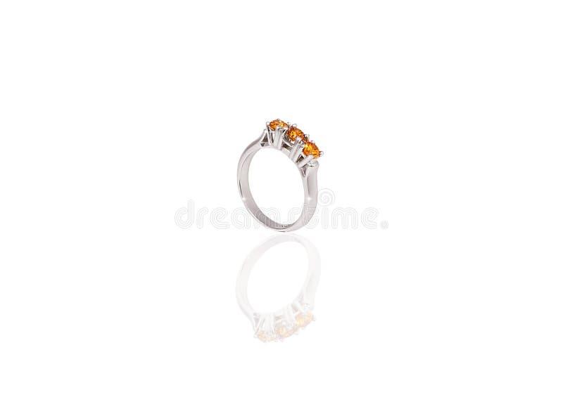 A fêmea preciosa do anel da platina com os diamantes amarelos grandes no branco isolou o fundo imagem de stock