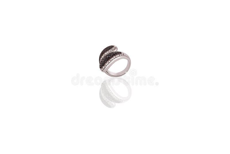 A fêmea preciosa do anel da platina com os diamantes no branco isolou o fundo imagem de stock