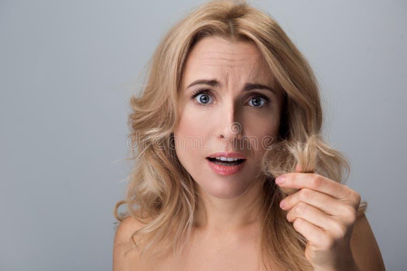 A fêmea preocupada está sentindo o descontentamento dela ondas imagem de stock royalty free