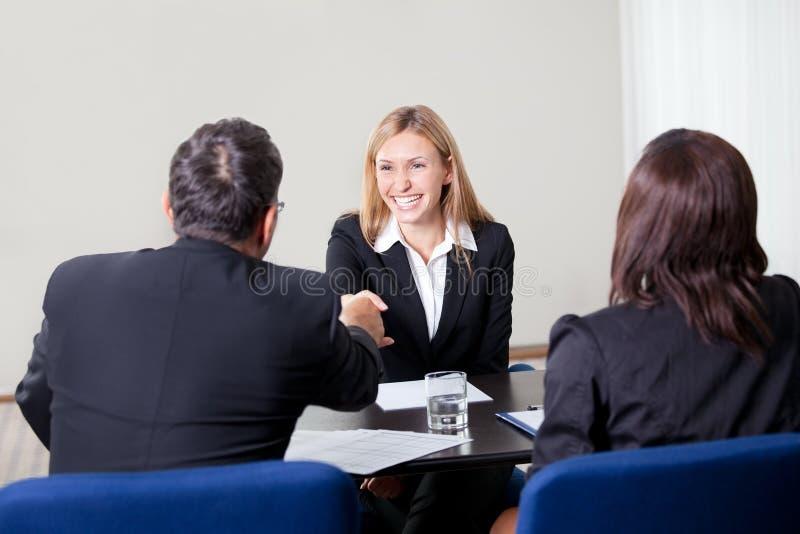 Fêmea que agita as mãos na entrevista de trabalho fotografia de stock royalty free