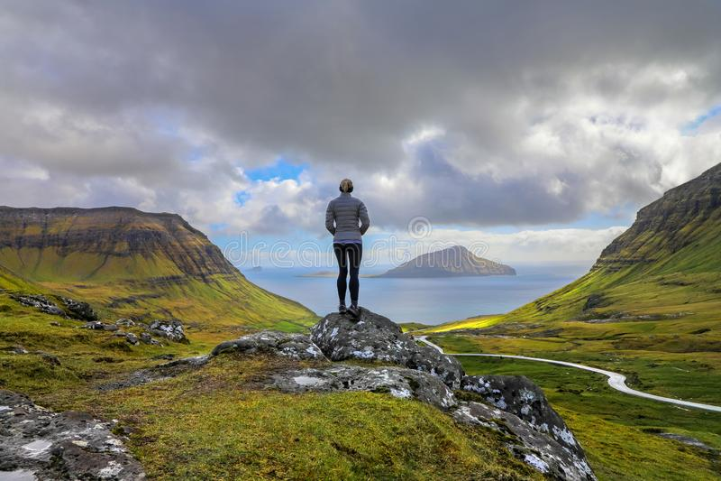 Fêmea que aprecia a vista panorâmica das ilhas da vigia de Nordradalur fotos de stock royalty free