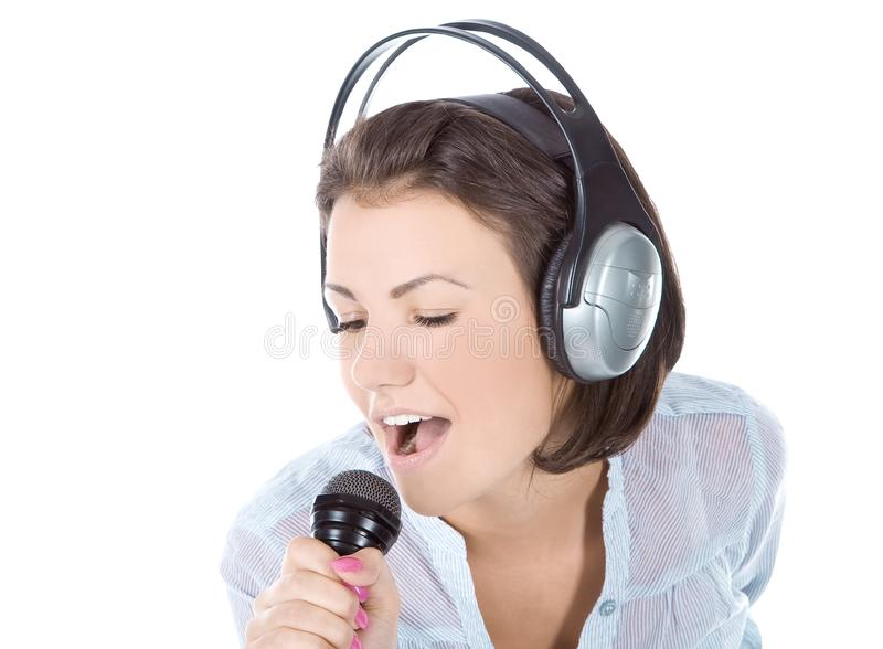 Fêmea que canta no microfone imagem de stock