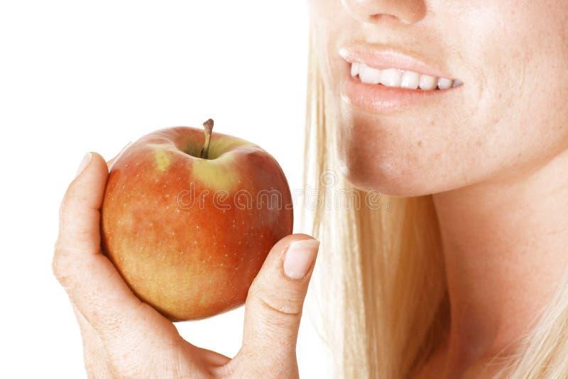Fêmea que prende uma maçã fotografia de stock royalty free