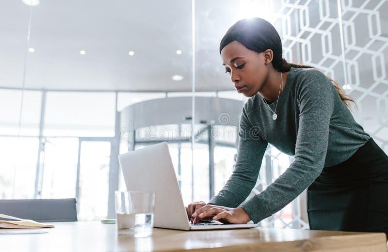 Fêmea que prepara uma proposta do negócio para encontrar-se fotografia de stock