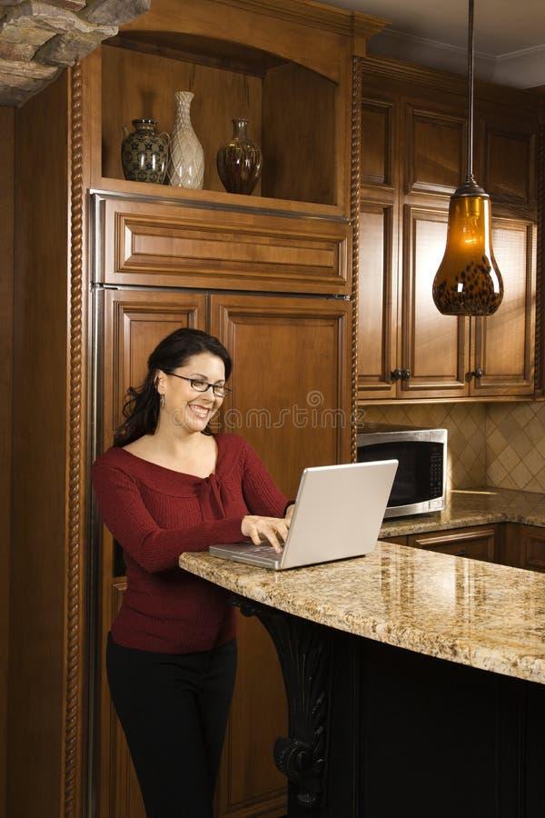 Fêmea que trabalha no computador. imagem de stock
