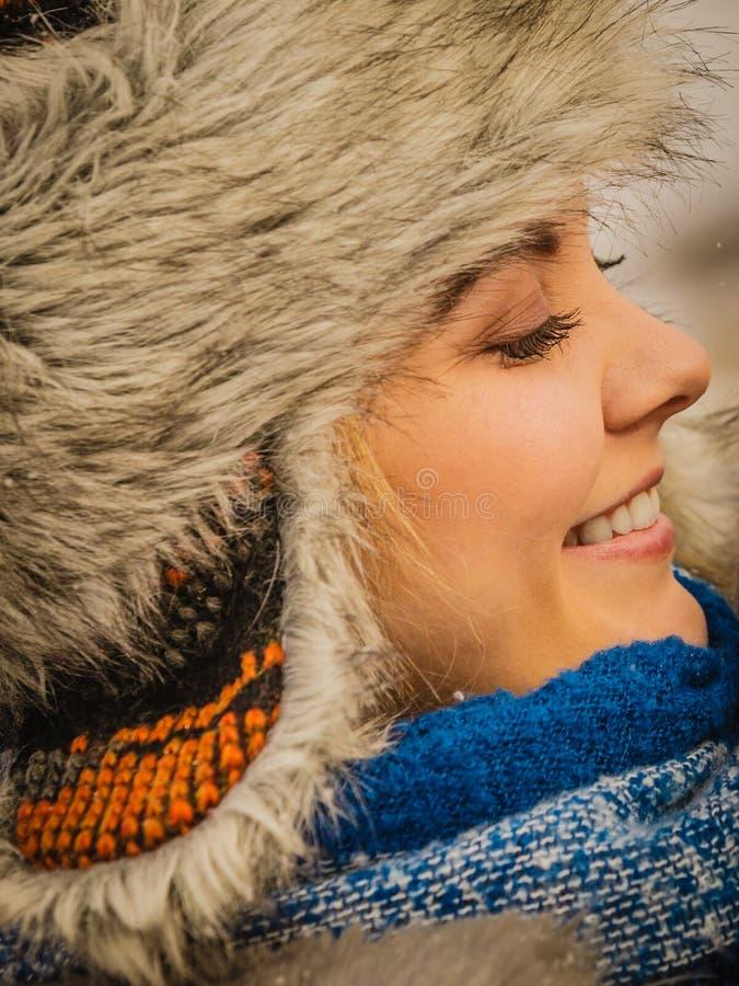 Fêmea que veste o equipamento morno durante o inverno foto de stock