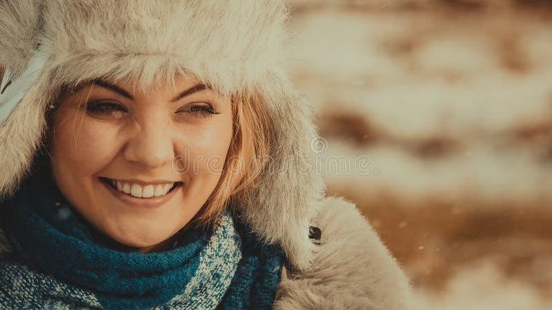 Fêmea que veste o equipamento morno durante o inverno imagens de stock