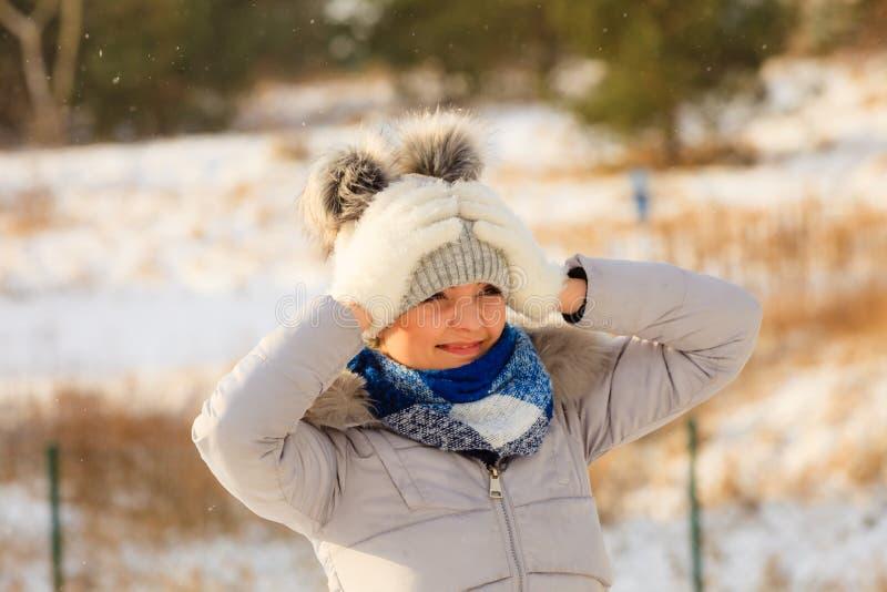 Fêmea que veste o equipamento morno durante o inverno foto de stock royalty free