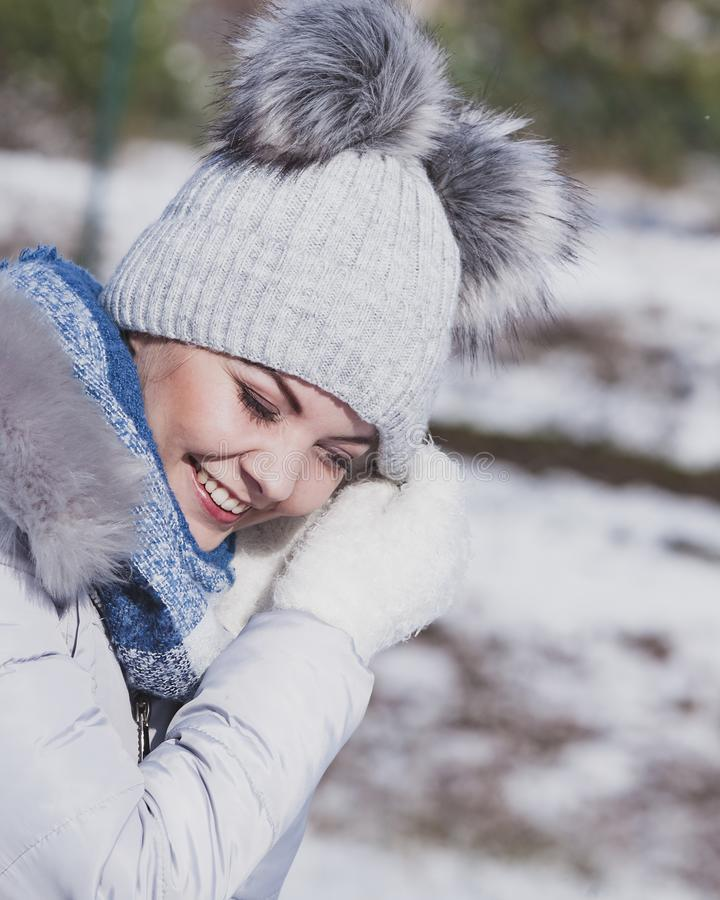 Fêmea que veste o equipamento morno durante o inverno imagens de stock royalty free