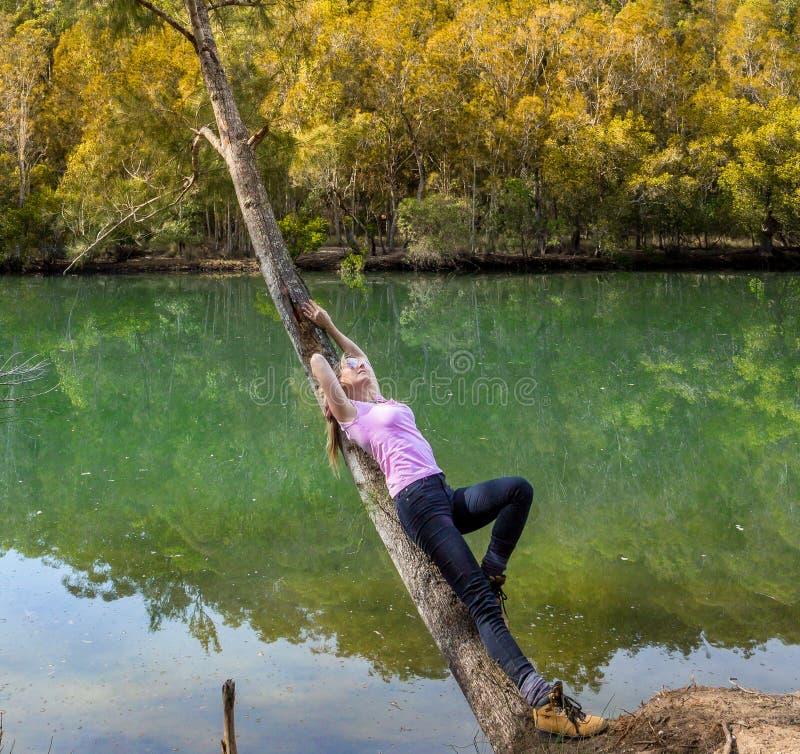 A fêmea relaxa em uma felicidade do bushland imagens de stock