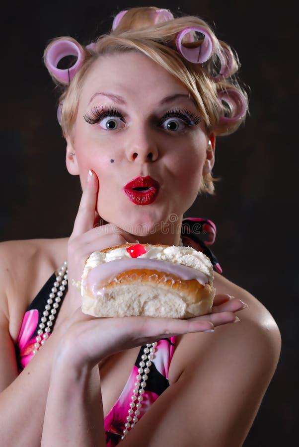 Fêmea retro do estilo 50s com bolo de creme imagem de stock