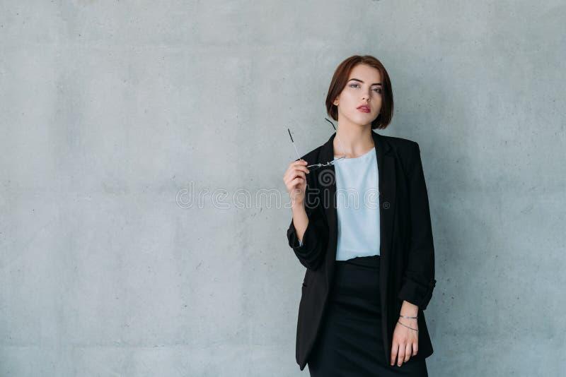 Fêmea segura do ceticismo do analista do negócio imagens de stock