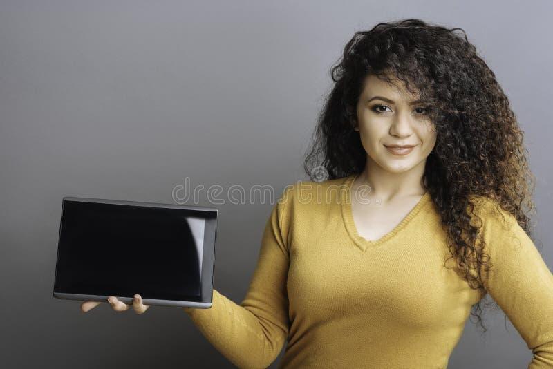 Fêmea segura que apresenta a tabuleta nova foto de stock